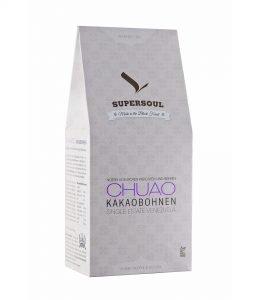 Helle rechteckige Verpackung mit der Aufschrift Chuao Kakabohnen und dem Supersoul Logo.