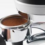 Espressosiebträger beim einlegen in den PuqPress - vergrößert.