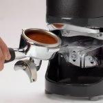 Espressosiebträger beim einlegen in den PuqPress.