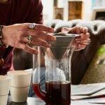 E&B Edelstahl Kegelfilter der aus einer Glaskaraffe genommen wird