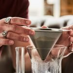 E&B Edelstahl Kegelfilter in zwei Händen